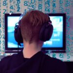 Gamer foran computeren (Foto: Pixabay.com)