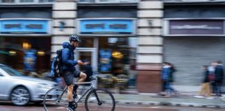 Håndholdt brug af mobilen er også forbudt på cyklen. Ny undersøgelse viser, at hver tredje dansker ikke vidste det. (Foto: Gjensidige)